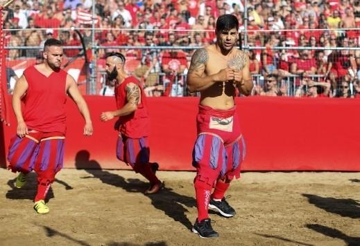 رياضة غريبة يمارسها الرجال في فلورنسا
