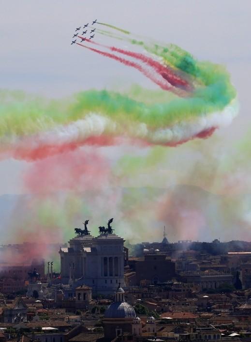 سماء روما تتزين بألوان العلم الإيطالي