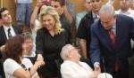 رئيس الوزراء نتنياهو وزوجته يلتقيان ناجين من المحرقة