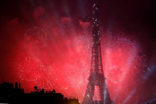 أضواء ساحرة تزيّن برج إيفل..صور