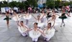 أطفال يلفتون الأنظار برقصهم في الشوارع