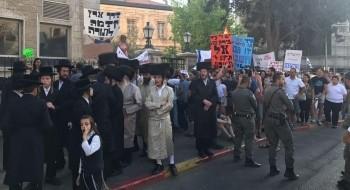 القدس: تظاهرة ضد الاكراه الديني واخرى ضدها