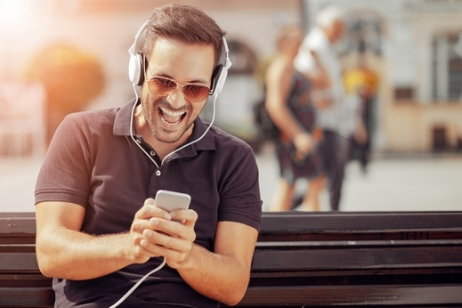 كيف تستمتع بموسيقى أعلى صوتًا على آيفون؟