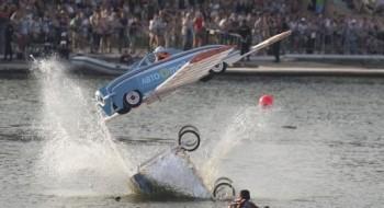 موسكو: قفزات طريفة بطائرات ورقية!