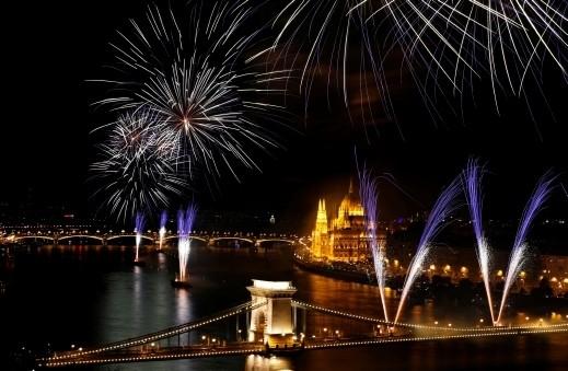 الألعاب النارية تضيء نهر الدانوب