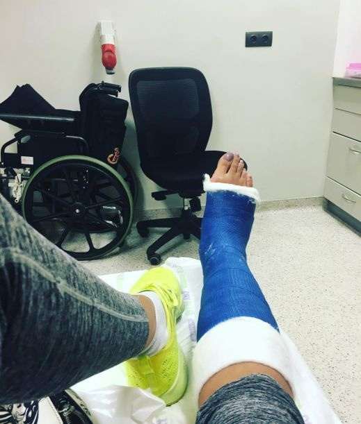 غادة عبد الرازق تتعرض لكسر في قدمها