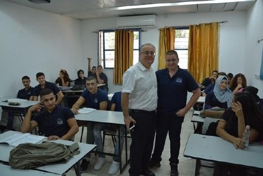 رئيس بلدية الطيرة يزور المدرسة الثانوية للعلوم
