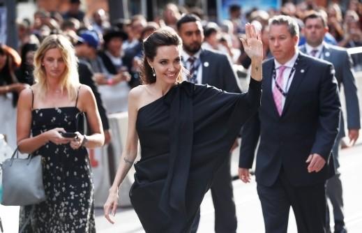أنجلينا جولي ساحرة بأول إطلالة رسمية بعد الانفصال