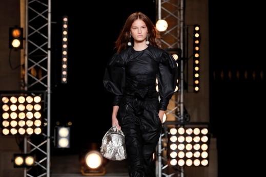 dd86ded29 مجموعة صور لأزياء باريسية ساحرة بلمسات أنثوية أنيقة تأتيكم من عاصمة الموضة  والجمال باريس، حيث قدّمت المصممة الفرنسية إيزابيل مارانت مجموعتها لربيع /  صيف ...