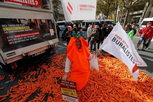 فرنسي يحتج أمام وزارة الصحة
