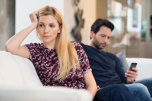 متزوجة حديثًا: زوجي دائم الانشغال وأشعر بالملل