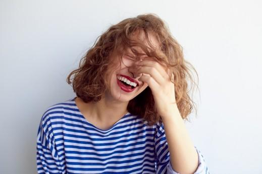 شابة: مشكلتي في الحياة أنني أضحك كل الوقت