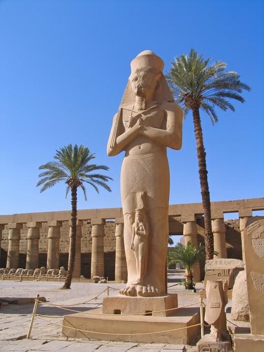 مصر: اكتشاف عشرات القطع الأثرية