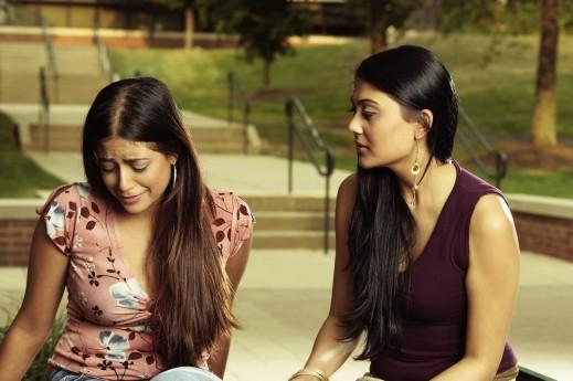 كوني صديقة لابنتك المراهقة وتحدّثي معها