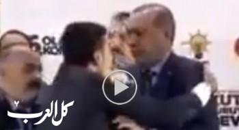 بالفيديو: شاب يهاجم أردوغان من أجل عناقه