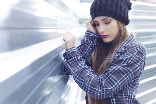 شابة (25 عامًا): لا أرتاح لنظرات خطيبي