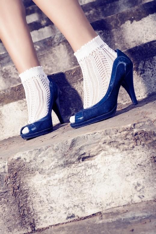 ما رأيك بموضة الجوارب وصندال المخمل؟