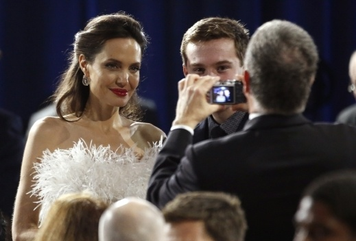 أنجلينا جولي تتألق بالأبيض من Ralph & Russo..صور