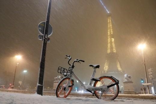 الثلج الابيض يخفي معالم باريس الجميلة