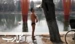 صيني يسبح في مياه باردة