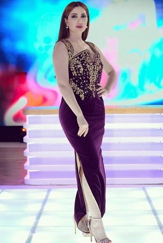 fa693a468 ... جميلة، وعلقت على ملابسها 'من ابداع مصمم الأزياء الجزائري العالمي كريم  أكروف، شكرا على ابداعك لهذا الزي الجزائري التقليدي الفخم والراقي، بلمسة  عصرية'.