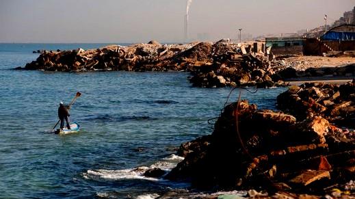 تقليص مساحة الصيد بغزة بسبب البالونات الحارقة
