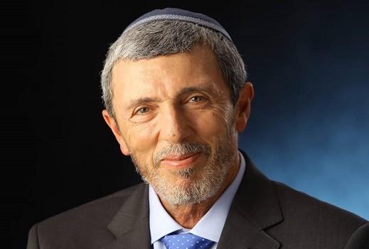 بيرتس يدرس فرض رفع الأعلام الإسرائيلية على المدارس | كل العرب