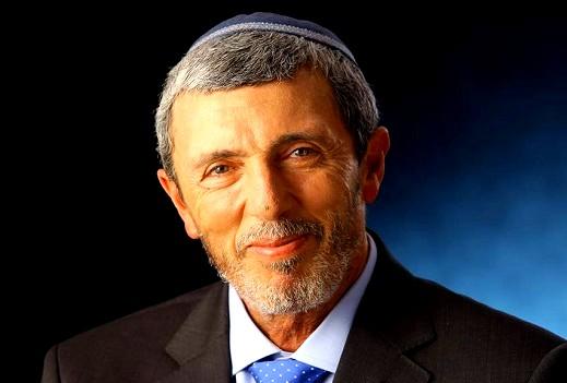 بيرتس يدرس فرض رفع الأعلام الإسرائيلية على المدارس   كل العرب
