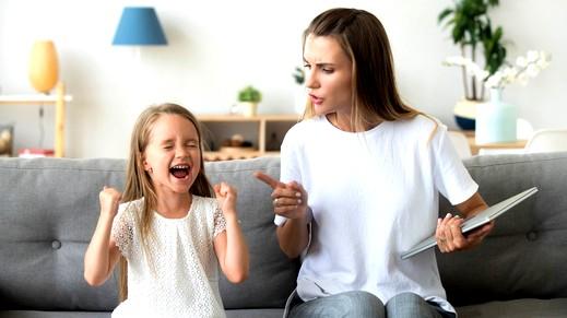 أساليب خاطئة تدفع طفلك لعدم الاستماع لكِ