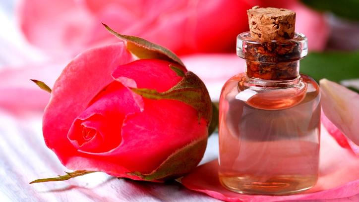 تعلّمي معنا طريقة استخدام ماء الورد للشعر