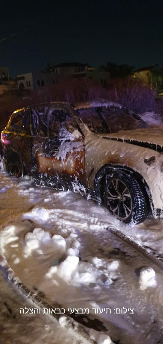 اشتعال النيران بسيارة رئيس بلدية قلنسوة   كل العرب