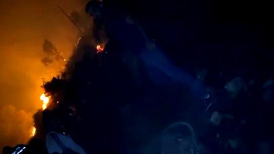 العشرات من شبان اكسال يساندون طواقم الاطفاء