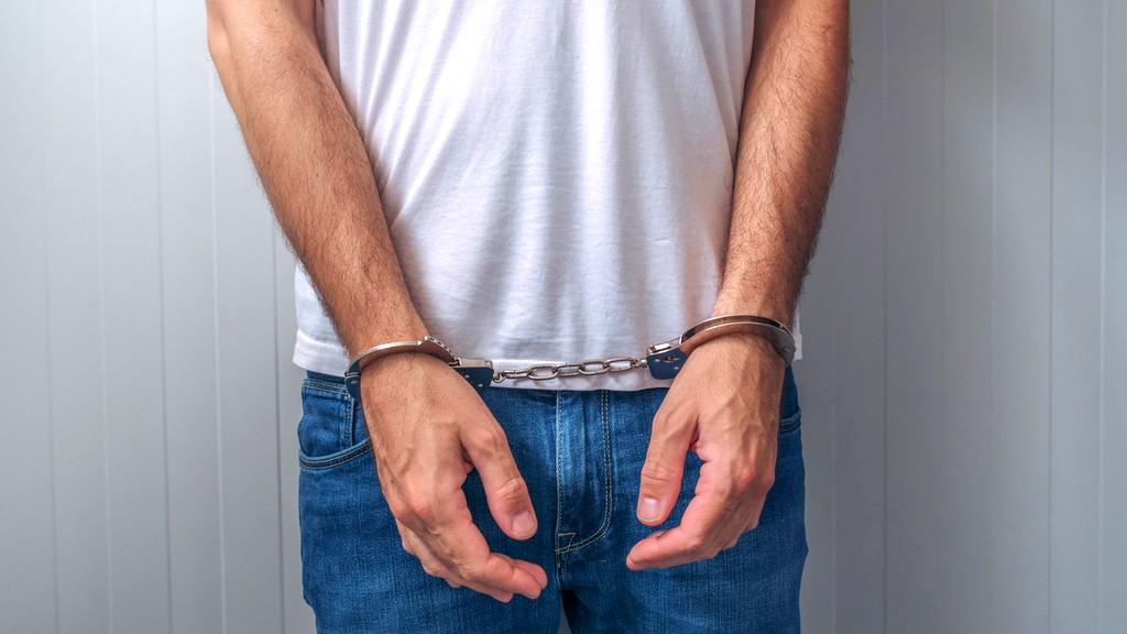 اتهام زوج من رجل بالاعتداء على زوجته