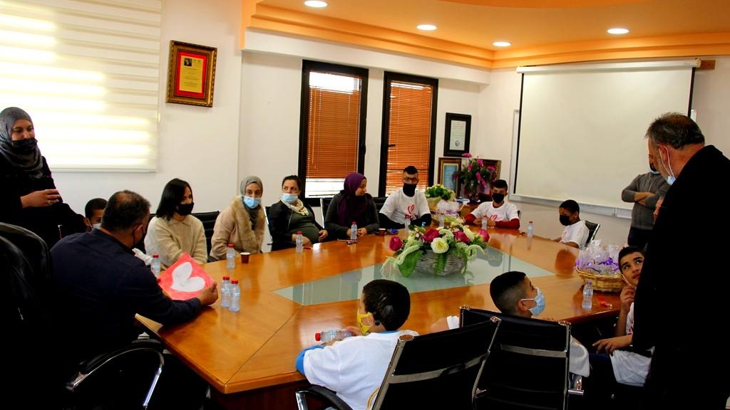 طلاب مدرسة العطاء يكرمون رئيس وموظفي مجلس محلي كفرقرع