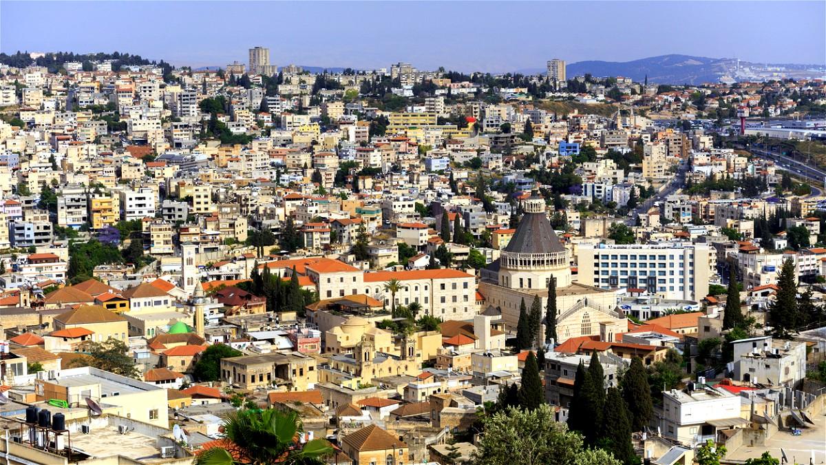 بلدية الناصرة تزيّن المدينة استقبالاً لرمضان