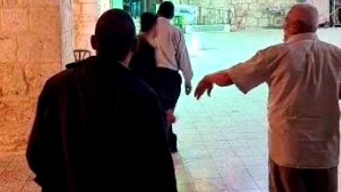 اللد: مستوطنون يقتحمون المسجد العمري الكبير