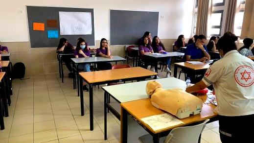 دورة الإسعاف الأوليّ في مدرسة مشيرفة الثّانويّة