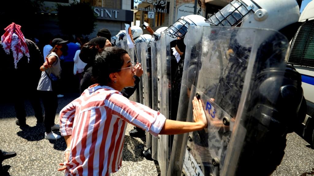 متظاهرون لعباس: خذ أولادك وارحل عنا!