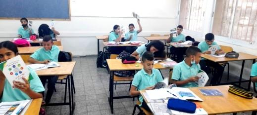 توزيع يوميّات الطّالب بمدرسة