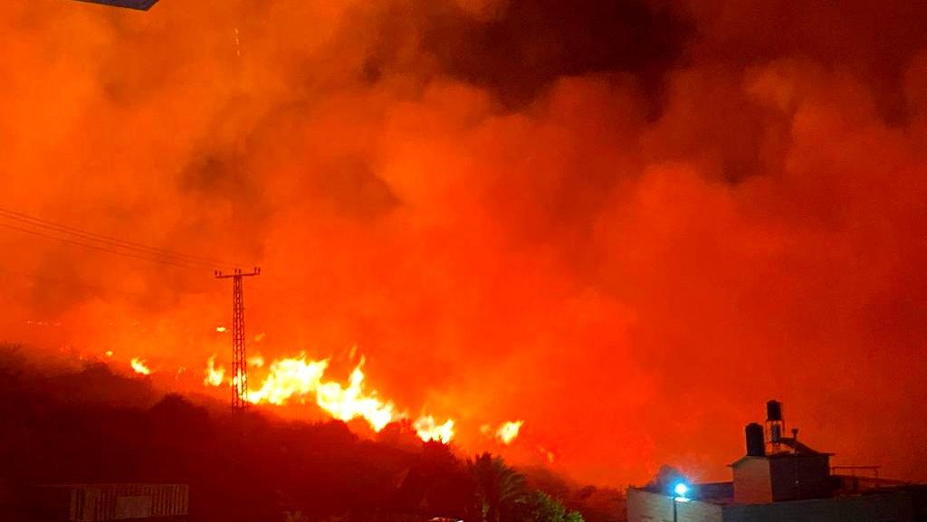 المغار: حريق هائل يهدد المنازل