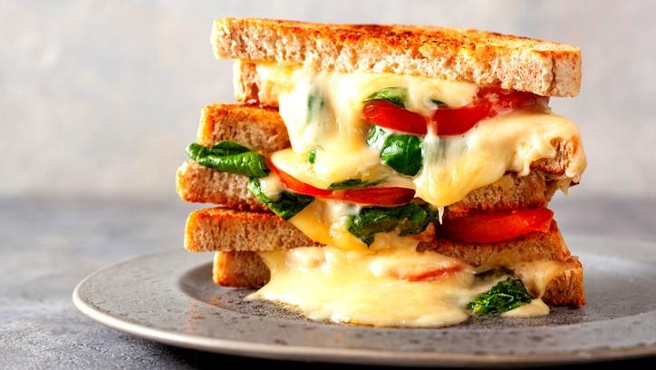 شرائح التوست بالجبنة والبندورة