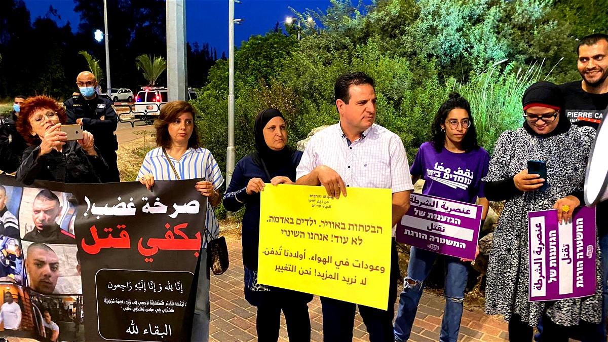 أمهات ثكلى يتظاهرن أمام منزل وزير الأمن الداخلي