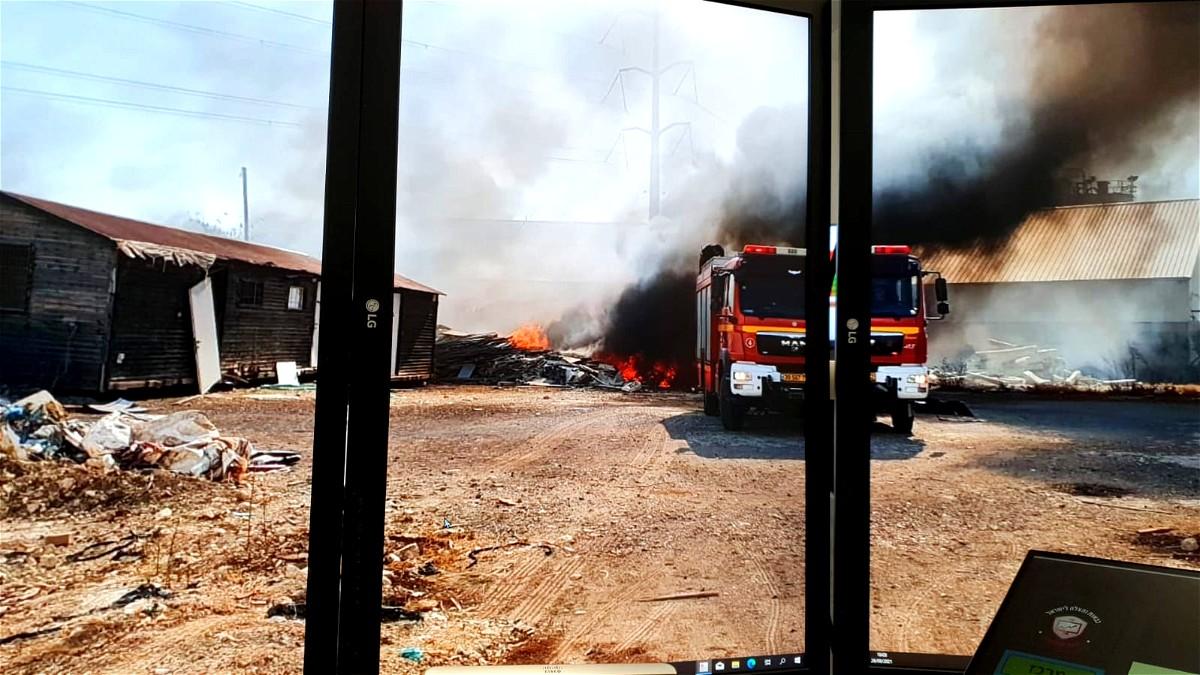 قلنسوة : طواقم الاطفاء تعمل على اخماد حريق كبير
