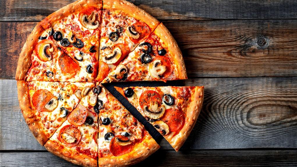 طريقة تحضير بيتزا بالسلامي والفطر