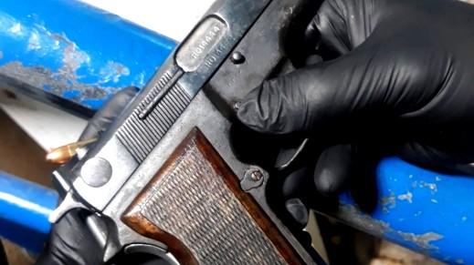 اعتقال شابين من زلفة بشبهة حيازة مسدس