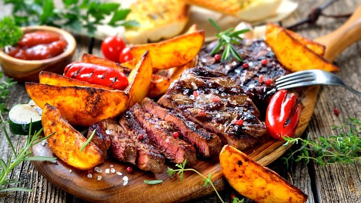 شرائح اللحم بالزعتر والبطاطا