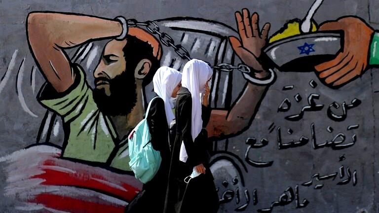 نادي الأسير: نقل عدد من الأسرى الفلسطينيين المضربين