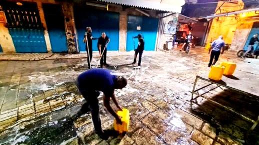 بلدية عكا تقوم بشطف السوق بمواد تنظيف فعالة