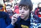 ولد يأكل مرطب الشفاه (labello)