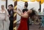 فتاة تحول حفل زفاف الى كارثة !